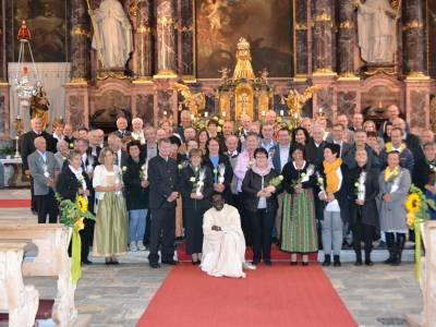Pfarrer Augustin als Rosenkavalier bei der Ehejubelmesse in Neustift